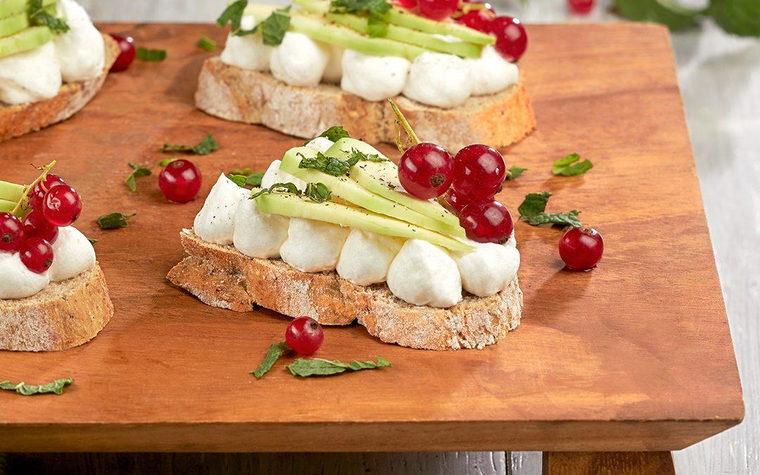 Open sandwich Rusticano con avocado e ribes
